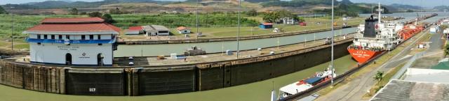 Canal con esclusas abiertas